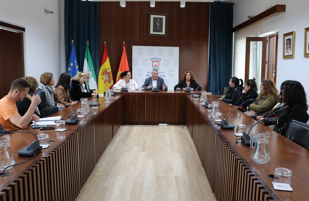 El alcalde comunica a los directores y directoras de los CEIPs la incorporación de los monitores de Infantil con cargo a los planes de empleo