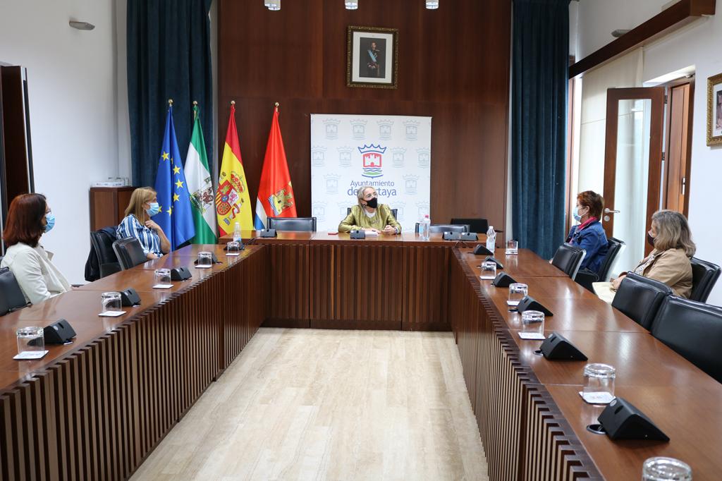 El Ayuntamiento de Cartaya se reúne con la Asociación de Amigos de la Cerámica de la localidad.