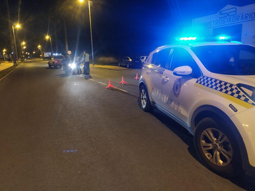 La Policía Local de Cartaya realiza controles en los accesos a la localidad.