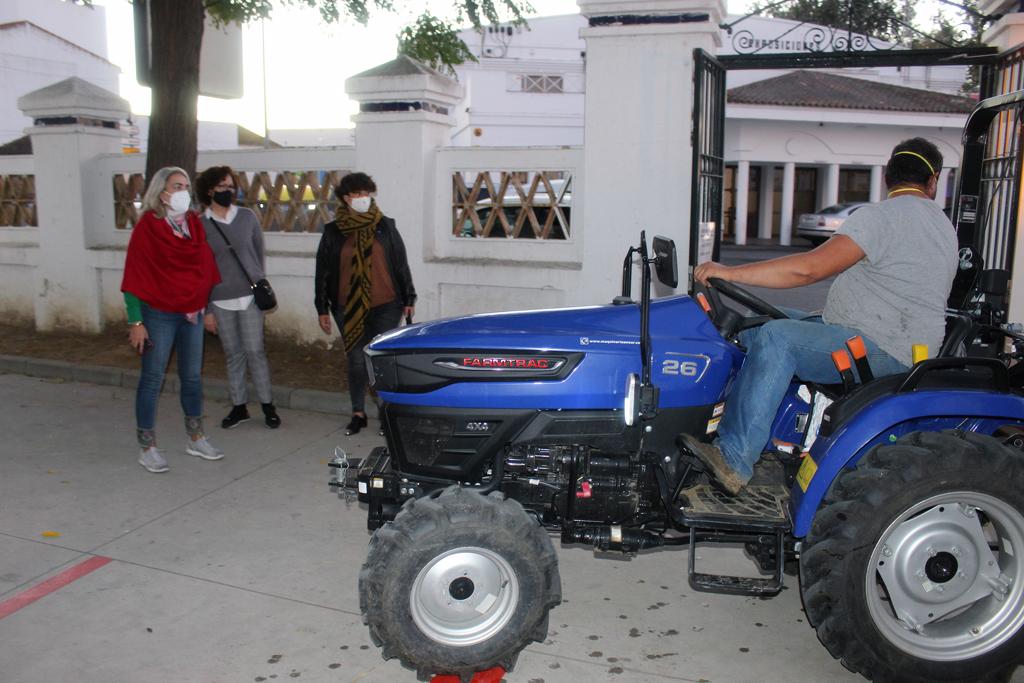 Ayuntamiento y agricultores refuerzan la desinfección de los centros escolares frente al COVID-19.