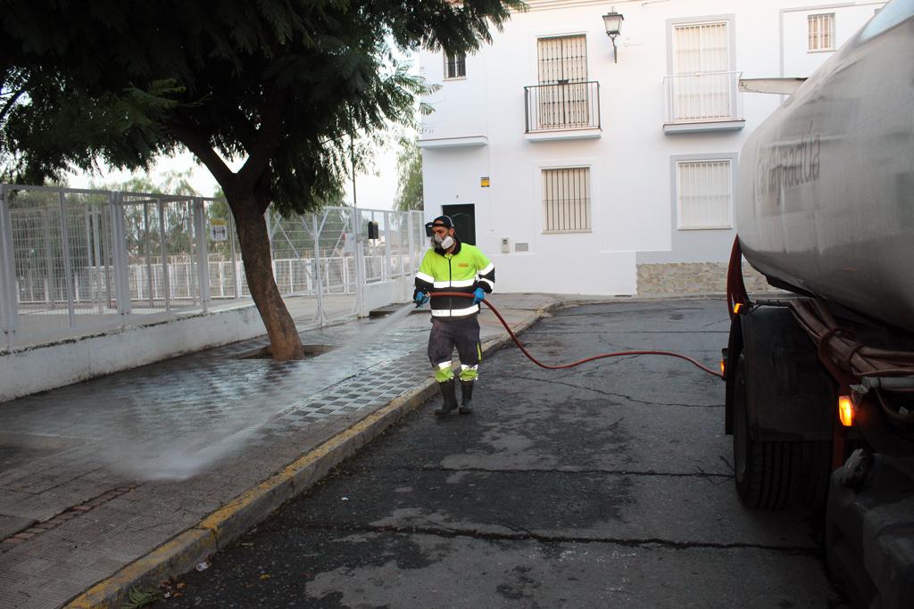 El Ayuntamiento de Cartaya intensifica la desinfección en los centros escolares.