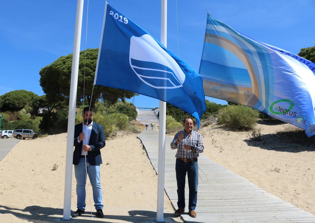 El alcalde, Manuel Barroso, ha izado hoy la Bandera Azul en la Playa de San Miguel.