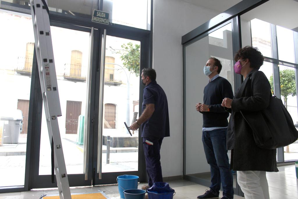 El Ayuntamiento de Cartaya intensifica la limpieza en el Mercado y pone en marcha una campaña de desinsectación contra cucarachas.