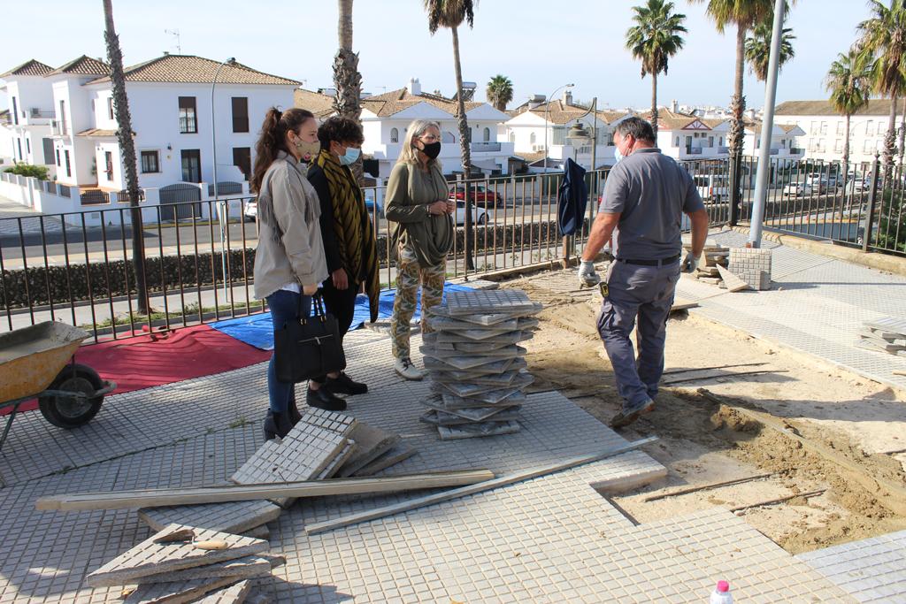 Campaña de embellecimiento de la localidad en Cartaya, promovida por el Ayuntamiento.