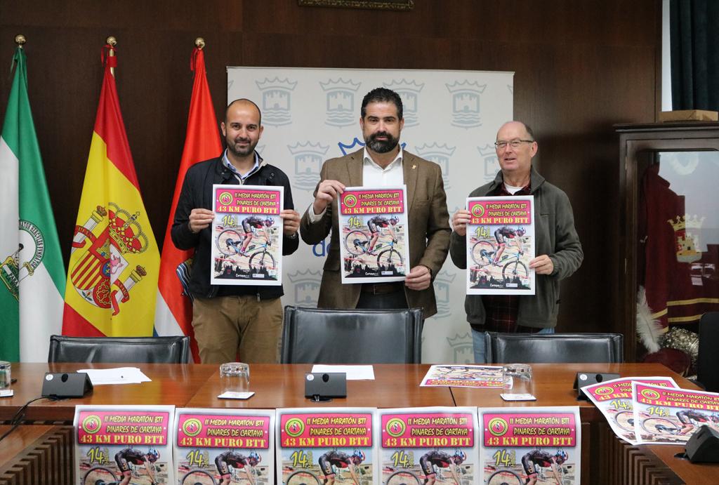 El Ayuntamiento acoge la presentación de la II Media Maratón 'Pinares de Cartaya', que organiza el Club Ciclista de Cartaya, con la colaboración municipal.