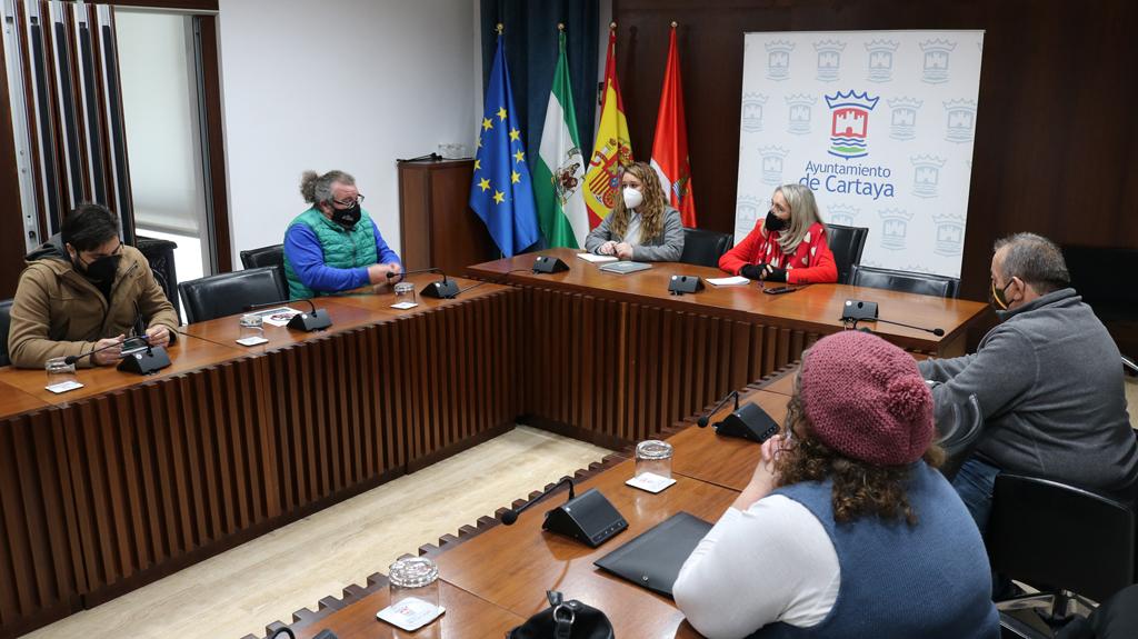 La alcaldesa de Cartaya y la concejala de Festejos y Participación Ciudadana se reúnen con las hermandades de Semana Santa de la localidad.