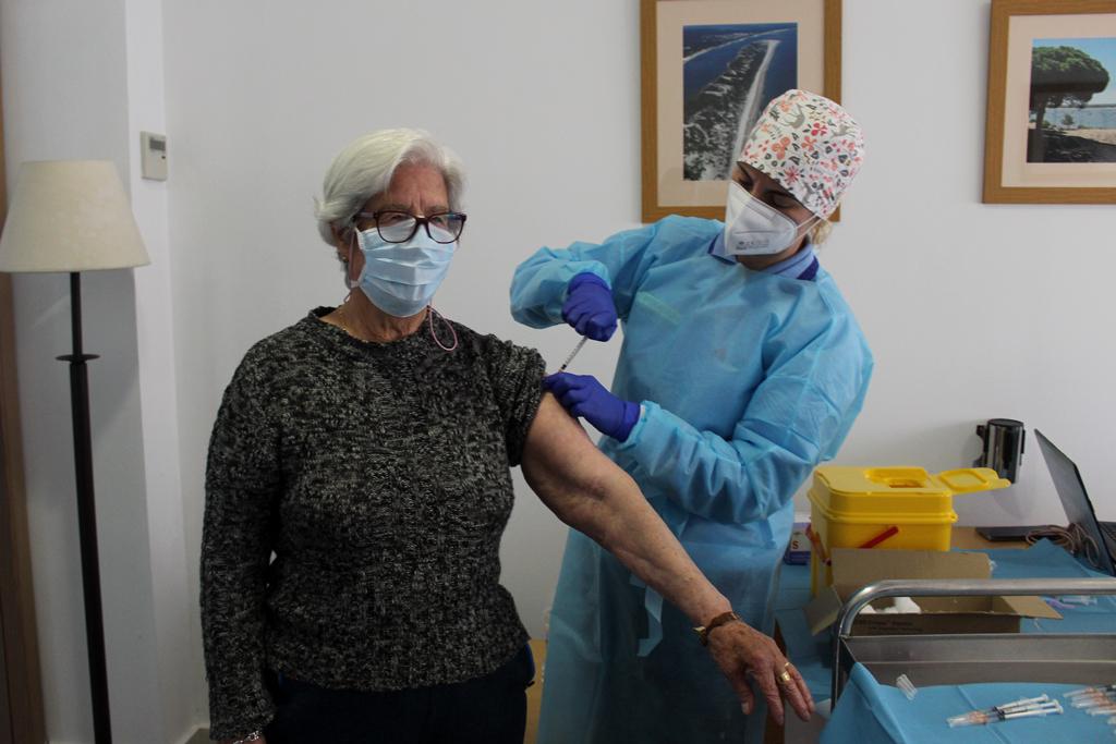 Segunda sesión de vacunación en el Centro de Mayores y Dependientes de Cartaya.